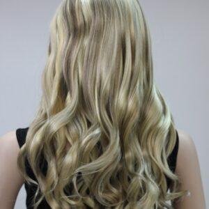 Pruik, lang golvend onderaan, blond met schakeringen van bruine klissen.
