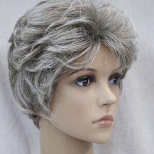 Pruik Kort, licht krullend, speciaal blond/grijzig. (L3041-48T)